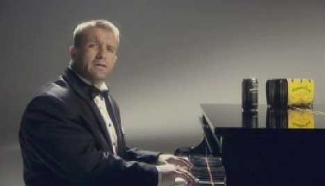Shane Webcke at the piano in Hammer Reef TV ad