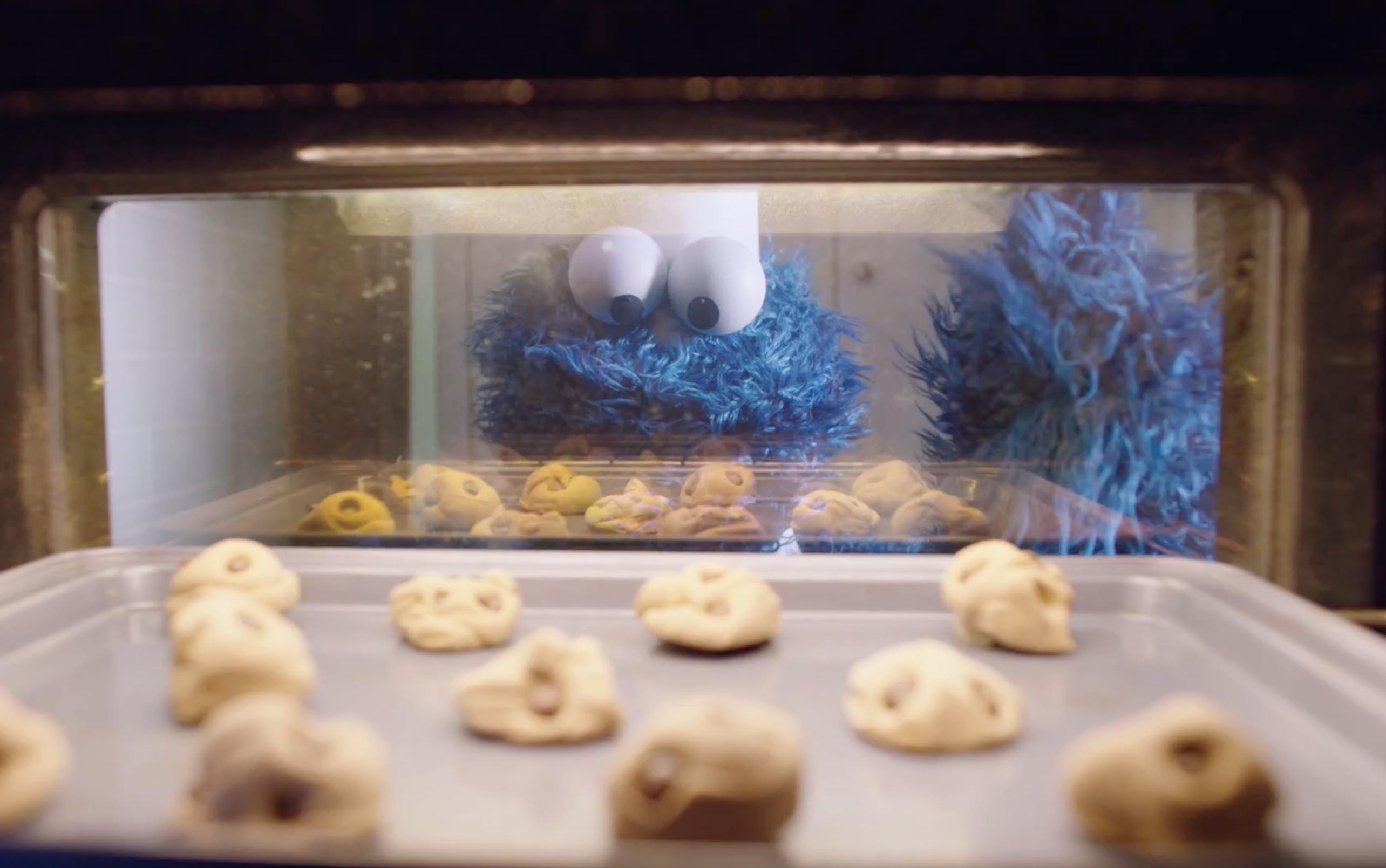Cookie Monster looks into oven in Apple iPhone Siri Timer commercial