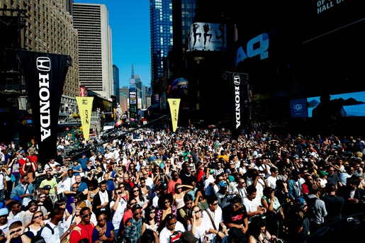 Honda CRZ 3D Times Square takeover crowd