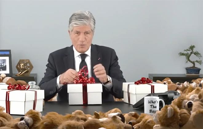 Publicis Greeting 2015 video - Maurice Levy wrapping gifts
